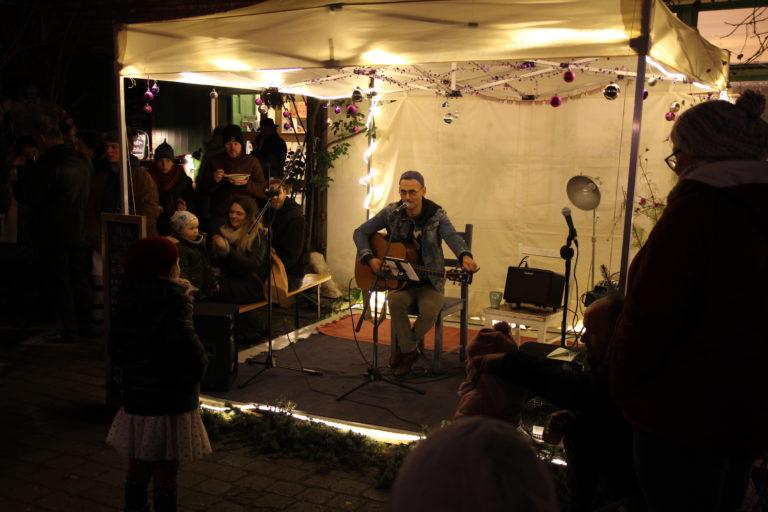 Kai Dubberke wärmt uns mit seinen Liedern.